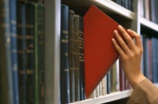 Literaturempfehlungen - Auch mal in die Originale reinschauen! (Bildquelle: Corbis, Woman selecting book from library shelf)
