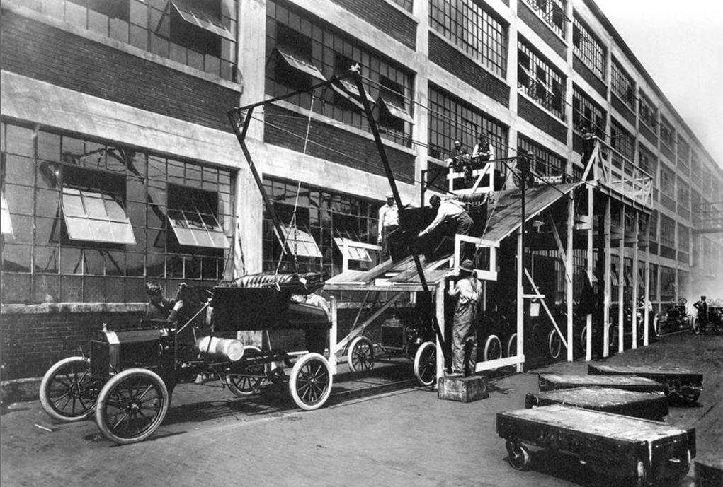 Fließbandarbeit bei Ford 1913