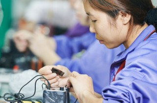Taylorismus lebt!: chinese female worker at manufacturing (Bildquelle: Fotolia_74397969_S)
