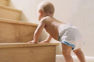 Baby will die Treppe hoch, corbis dv805003_4